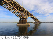 Купить «Saratov Bridge crosses the Volga River and connects Saratov and Engels, Russia (length is 2,803.7 meters)», фото № 25754069, снято 25 августа 2016 г. (c) Михаил Кочиев / Фотобанк Лори