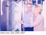 Купить «Charming mature married couple choose for themselves refrigerator», фото № 25755197, снято 21 июля 2019 г. (c) Яков Филимонов / Фотобанк Лори