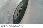 Купить «The wheel of the car on the snowy road», видеоролик № 25762413, снято 16 января 2017 г. (c) Илья Шаматура / Фотобанк Лори