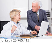 Купить «Female doctor with male client», фото № 25765413, снято 21 апреля 2019 г. (c) Яков Филимонов / Фотобанк Лори