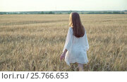 Купить «Young woman in a field», видеоролик № 25766653, снято 20 сентября 2019 г. (c) Raev Denis / Фотобанк Лори