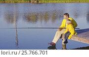 Купить «Father and child on a pier», видеоролик № 25766701, снято 21 января 2020 г. (c) Raev Denis / Фотобанк Лори