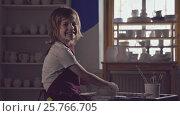Купить «Little child in a pottery», видеоролик № 25766705, снято 21 января 2020 г. (c) Raev Denis / Фотобанк Лори