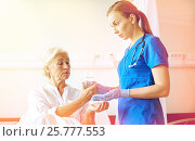 Купить «nurse giving medicine to senior woman at hospital», фото № 25777553, снято 11 июня 2015 г. (c) Syda Productions / Фотобанк Лори
