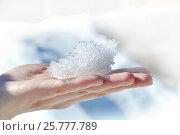 Красивая узорная льдинка на руке на светлом фоне. Стоковое фото, фотограф Юлия Дьякова / Фотобанк Лори