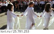 Купить «School class on line with dance», видеоролик № 25781253, снято 1 сентября 2016 г. (c) Потийко Сергей / Фотобанк Лори