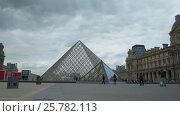 Coming up to the Louvre Pyramid, видеоролик № 25782113, снято 6 сентября 2015 г. (c) Данил Руденко / Фотобанк Лори