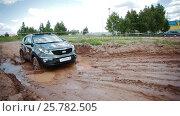IZHEVSK, RUSSIA - JUNE 22, 2014: Kia Sportage at offroad test drive. Редакционное видео, видеограф Илья Насакин / Фотобанк Лори