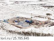 Купить «Нефтяная буровая вышка зимой в Западной Сибири, вид сверху», фото № 25785845, снято 8 апреля 2015 г. (c) Владимир Мельников / Фотобанк Лори