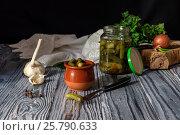 Маринованные огурцы на деревянном столе. Стоковое фото, фотограф Татьяна Ляпи / Фотобанк Лори