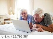 Купить «Senior couple using laptop on bed in bedroom», фото № 25793581, снято 29 ноября 2016 г. (c) Wavebreak Media / Фотобанк Лори