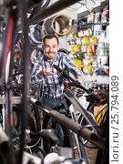 Купить «Biker is looking for bicycle handlebars», фото № 25794089, снято 27 июня 2019 г. (c) Яков Филимонов / Фотобанк Лори