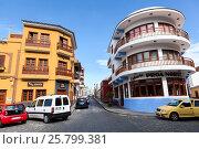 Красивые разноцветные яркие домики с балконами в центре Гарачико (Garachico). Север Тенерифе, Канарские острова, Испания (2016 год). Редакционное фото, фотограф Кекяляйнен Андрей / Фотобанк Лори