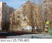 Купить «Пятиэтажный двухподъездный кирпичный жилой дом серии II-14, построен в 1958 году. Егерская улица, 12. Район Сокольники. Москва», эксклюзивное фото № 25799465, снято 9 марта 2017 г. (c) lana1501 / Фотобанк Лори