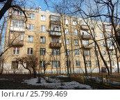 Купить «Пятиэтажный двухподъездный кирпичный жилой дом серии II-14, построен в 1958 году. Егерская улица, 12. Район Сокольники. Москва», эксклюзивное фото № 25799469, снято 9 марта 2017 г. (c) lana1501 / Фотобанк Лори