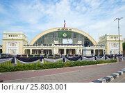 Купить «Фасад железнодорожного вокзала Хуа Лампонг облачным днем. Бангкок», фото № 25803001, снято 14 декабря 2016 г. (c) Виктор Карасев / Фотобанк Лори