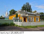 Купить «House with carved palisade in Vologda», фото № 25805077, снято 31 июля 2015 г. (c) Михаил Коханчиков / Фотобанк Лори