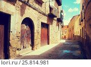 Купить «Narrow street at spanish town. Calaceite», фото № 25814981, снято 11 мая 2016 г. (c) Яков Филимонов / Фотобанк Лори
