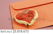 Happy mother day card, heart shape cookie on red envelope against pink background. Стоковое видео, агентство Wavebreak Media / Фотобанк Лори