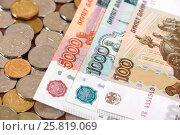 Купить «Российские купюры и монеты», эксклюзивное фото № 25819069, снято 24 марта 2017 г. (c) Юрий Морозов / Фотобанк Лори