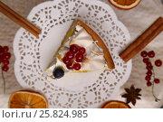 Купить «Лимонный тарт с меренгой и ягодами красной смородины», фото № 25824985, снято 19 марта 2017 г. (c) Александр Волков / Фотобанк Лори