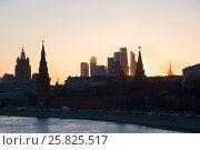 """Купить «Силуэт Московского Кремля и """"Москва-Сити"""" на фоне заката», фото № 25825517, снято 25 марта 2017 г. (c) Emelinna / Фотобанк Лори"""