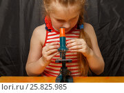 Купить «Маленькая девочка с микроскопом», фото № 25825985, снято 14 марта 2017 г. (c) Акиньшин Владимир / Фотобанк Лори