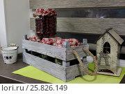 Деревянный ящик с емкостями для сыпучих продуктов (2017 год). Редакционное фото, фотограф Кохан Пётр / Фотобанк Лори