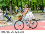Купить «Участница парада Леди на велосипеде в парке Сокольники», эксклюзивное фото № 25826781, снято 7 августа 2016 г. (c) Владимир Князев / Фотобанк Лори
