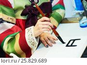 Купить «Calligraphy. Female hand writing Korean hieroglyph», фото № 25829689, снято 9 февраля 2017 г. (c) Дмитрий Калиновский / Фотобанк Лори