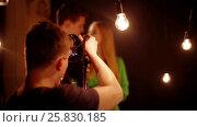 Backstage of video shooting young couple laughing. Стоковое видео, видеограф Илья Насакин / Фотобанк Лори