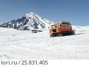 Купить «Ратрак везет горнолыжников и сноубордистов на вулкане», фото № 25831405, снято 26 апреля 2014 г. (c) А. А. Пирагис / Фотобанк Лори