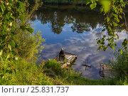 Рыбак на деревянном пирсе у озера с красивым отражением неба. Стоковое фото, фотограф Kroshanya / Фотобанк Лори