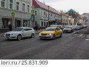 Купить «Автомобильное движение. Яндекс такси», фото № 25831909, снято 21 апреля 2019 г. (c) Полина Лаптева / Фотобанк Лори