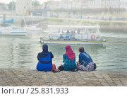Ля Рошель, Франция. Мусульманки в хиджабах, смотрящие на океан и яхты (2015 год). Редакционное фото, фотограф Ирина Аринина / Фотобанк Лори