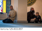 Купить «Мусульмане молятся в молельном зале Московской соборной мечети, Россия», фото № 25833897, снято 26 марта 2017 г. (c) Николай Винокуров / Фотобанк Лори