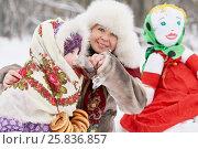Купить «Mother dressed in fur jacket and hat gives hot drink little daughter near stuffed Maslenitsa in winter park», фото № 25836857, снято 25 января 2015 г. (c) Losevsky Pavel / Фотобанк Лори