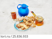 Купить «Blue jug and glass cup with beverage, bundles of cracknels, jar of honey, plate with pancakes on snow», фото № 25836933, снято 25 января 2015 г. (c) Losevsky Pavel / Фотобанк Лори