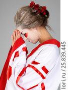 Купить «Girl in traditional Japanese costume and makeup bowes  head studio shot», фото № 25839445, снято 17 ноября 2014 г. (c) Losevsky Pavel / Фотобанк Лори