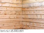 Купить «Внутренний угол строящегося дома из бруса», фото № 25843801, снято 19 марта 2017 г. (c) Юлия Мальцева / Фотобанк Лори