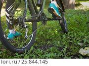 Купить «Foot on pedal of bicycle in park, active summer», фото № 25844145, снято 18 августа 2016 г. (c) Виктория Кузьменкова / Фотобанк Лори