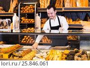Купить «Seller offering fresh tasty bun», фото № 25846061, снято 26 января 2017 г. (c) Яков Филимонов / Фотобанк Лори