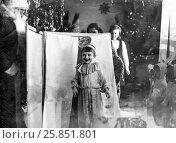 1970 год. Новогодний утренник в детском саду. Мальчик читает стихотворение в костюме колобка, фото № 25851801, снято 28 декабря 1970 г. (c) Александр  Буторин / Фотобанк Лори