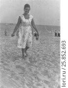 Купить «Молодая женщина на песчаном пляже. Крым, 1960-е годы», эксклюзивное фото № 25852693, снято 27 июня 2019 г. (c) Илюхина Наталья / Фотобанк Лори