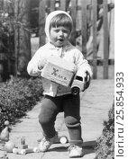 """Купить «Маленький советский ребенок держит в руках игрушечную машинку с надписью """"Хлеб""""», эксклюзивное фото № 25854933, снято 7 декабря 2019 г. (c) Максим Мицун / Фотобанк Лори"""