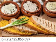 Купить «Ломтики белого хлеба лежат на подносе с тремя видами соуса», фото № 25855097, снято 16 марта 2017 г. (c) Николай Винокуров / Фотобанк Лори