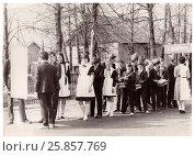 Купить «Праздничная колонна школьников готовится к шествию на первомайской демонстрации (1986 год), Сенно, Беларусь», фото № 25857769, снято 27 мая 2019 г. (c) Ольга Коцюба / Фотобанк Лори