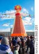 Самара. Горожане на традиционном празднике Масленица на центральной площади . Большая кукла для сжигания на фоне голубого неба (2017 год). Редакционное фото, фотограф FotograFF / Фотобанк Лори