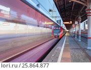 """Купить «Станция МЦК Шелепиха. Поезд """"Ласточка"""" прибывает на  платформу на фоне СИТИ», фото № 25864877, снято 30 марта 2017 г. (c) Юрий Кирсанов / Фотобанк Лори"""