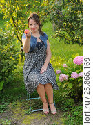 Купить «Портрет красивой девушки с яблоком», эксклюзивное фото № 25866169, снято 3 августа 2013 г. (c) Юрий Морозов / Фотобанк Лори